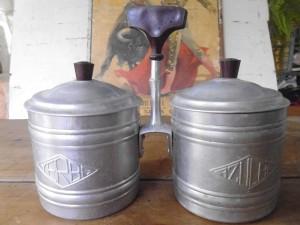 antiguo-azucarero-y-yerbera-en-aluminio-y-baquelita-D_NQ_NP_331511-MLU20569634540_012016-F